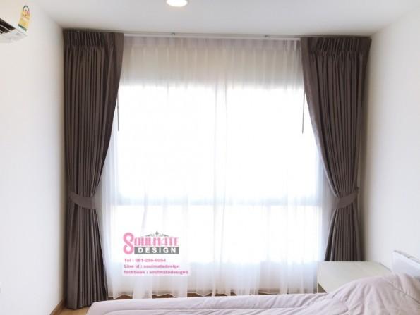 ในส่วนของห้องนอนใช้ผ้าม่านสีเทาแบบกึ่งเงา ดูเท่ๆ